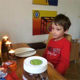 Geburtstagskind am Frühstückstisch