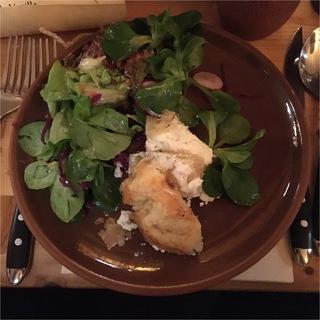 Ziegendrischkäse und Salat