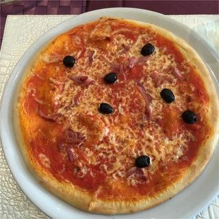Pizza mit Oliven und Speck